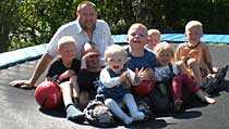 Pappa Len Frode Paulsen med alla barn.