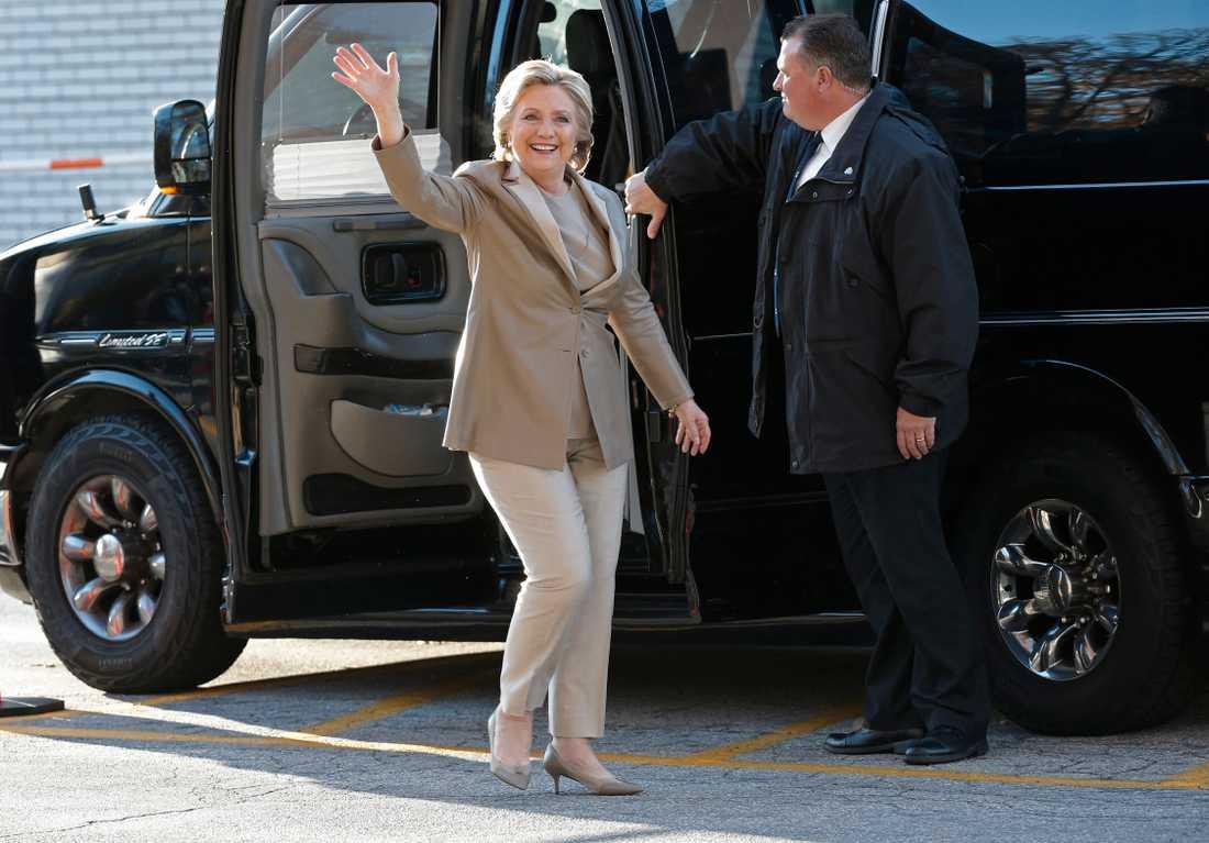 HIllary Clinton på väg för att rösta i vallokalen i Grafflin elementary school i Chappaqua, New York.