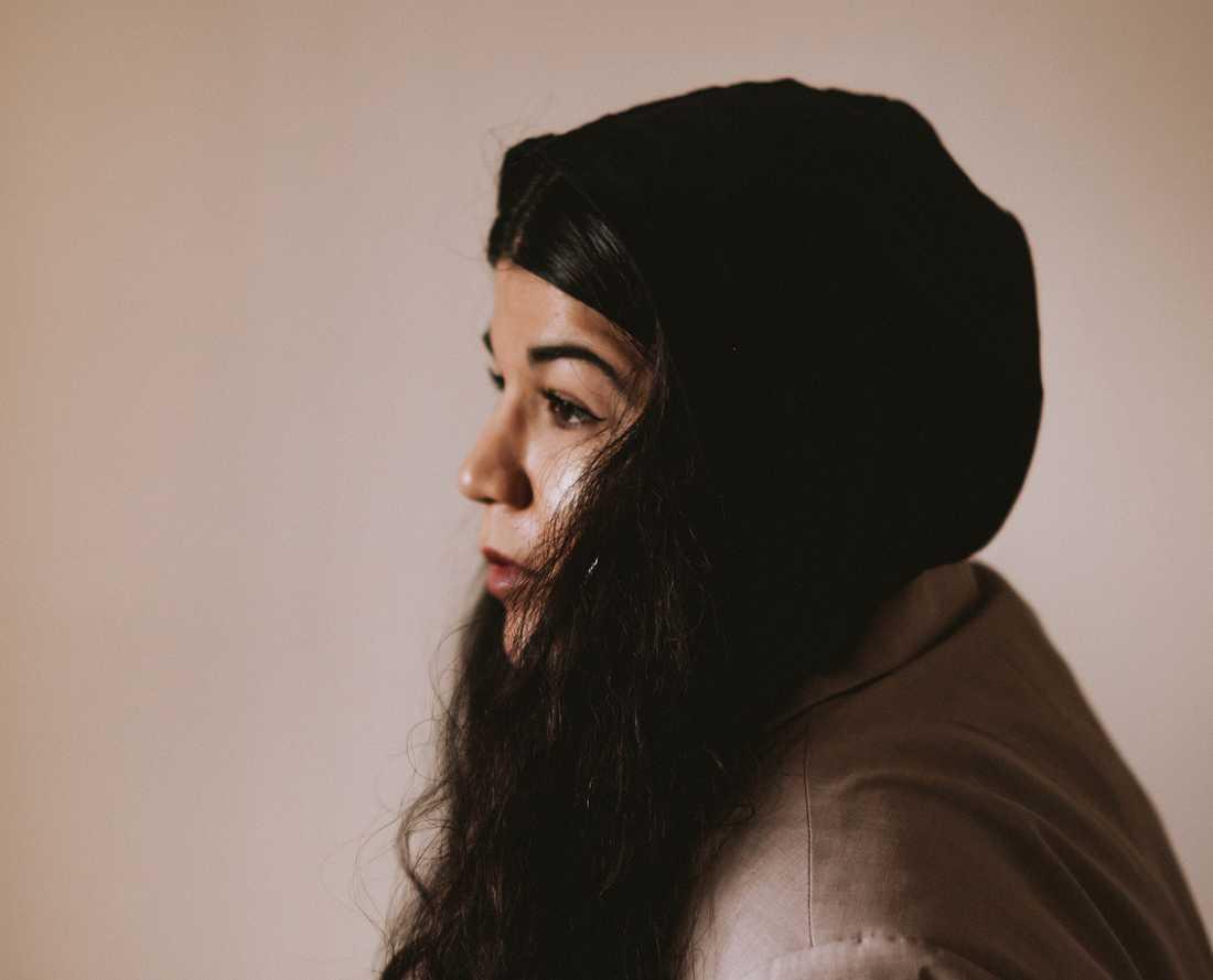"""Nachla Libre  (född 1986)  har en bakgrund inom spoken word och kollektivet Revolution poetry. """"Tiden har sett allt"""" är hennes bokdebut."""