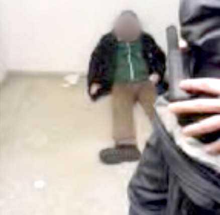 """FILM 2 En person som är uppenbart berusad sitter lutad mot en vägg. Han filmas när han är från sina sinnen och sekvensen sprids sedan till andra väktare. Längd: 23 sekunder. Överåklagare Sven-Erik Alhem: """"Ett sådant här förlöjligande av någons person skulle absolut kunna ses som förtal."""""""
