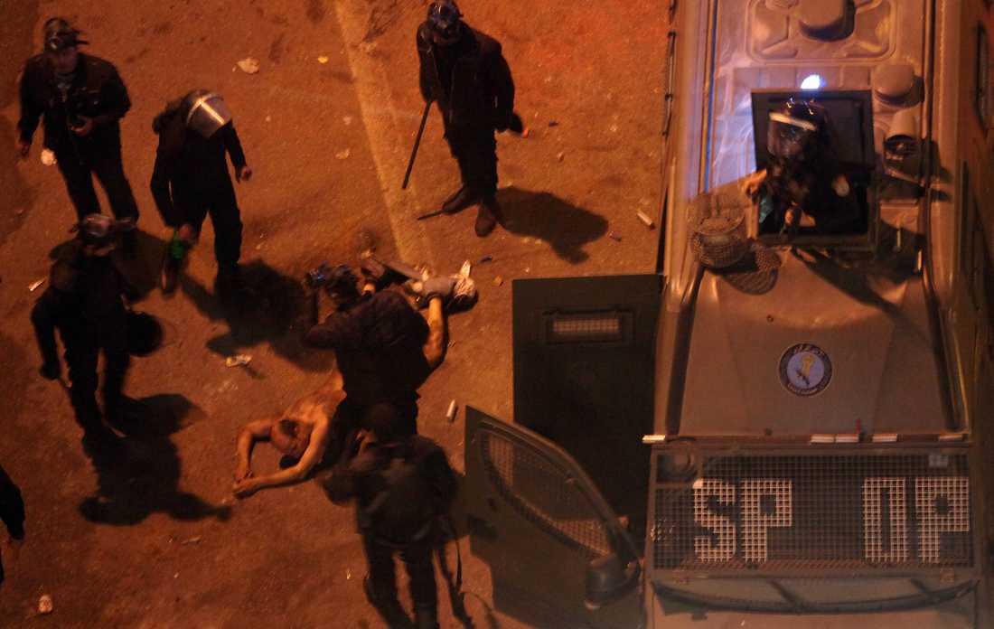Bilderna som visar hur polisen misshandlar den avklädda mannen har väckt starka reaktioner.