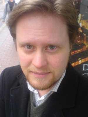 Lön: 26 000 kronor.  Daniel Othfors, 33 år. Gymnasielärarexamen, 200 akademiska poäng.  – Lönen har naturligtvis betydelse för statusen. Skall man locka lämpligt folk till yrket bör lönen matchas med åren på universitetet.