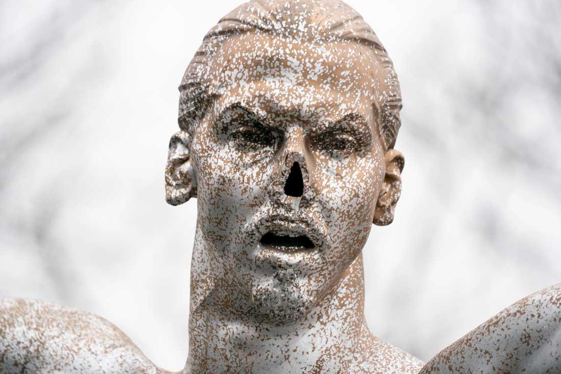 Bild på den vandaliserade Zlatan-statyn.
