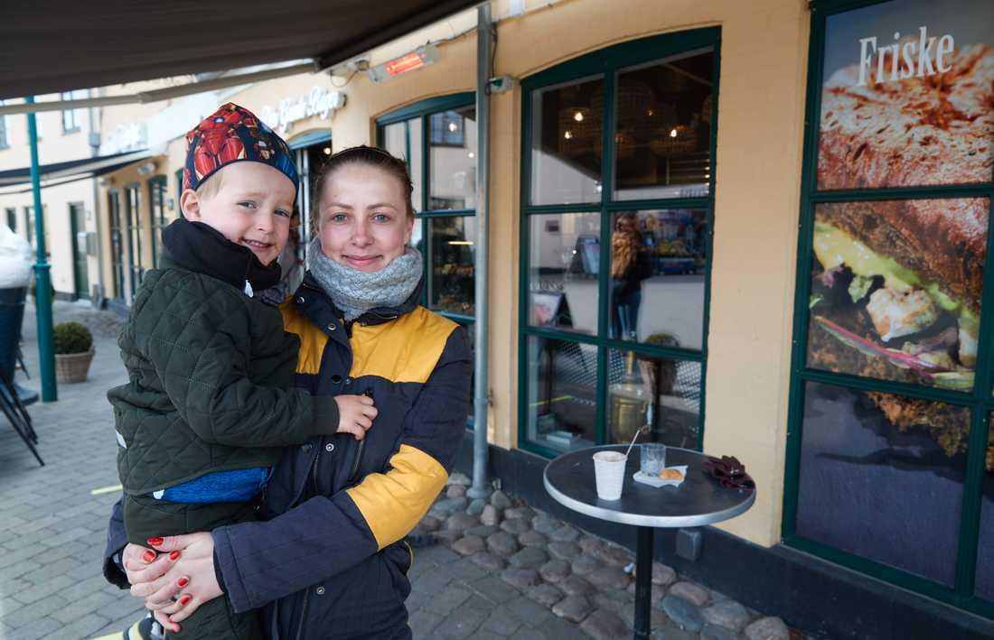 Camilla Lundquist är frisör och eftersom hon ännu inte kan börja arbeta fortsätter hon att vara hemma med sonen Villas, fyra år, trots att förskolan har öppnat igen.