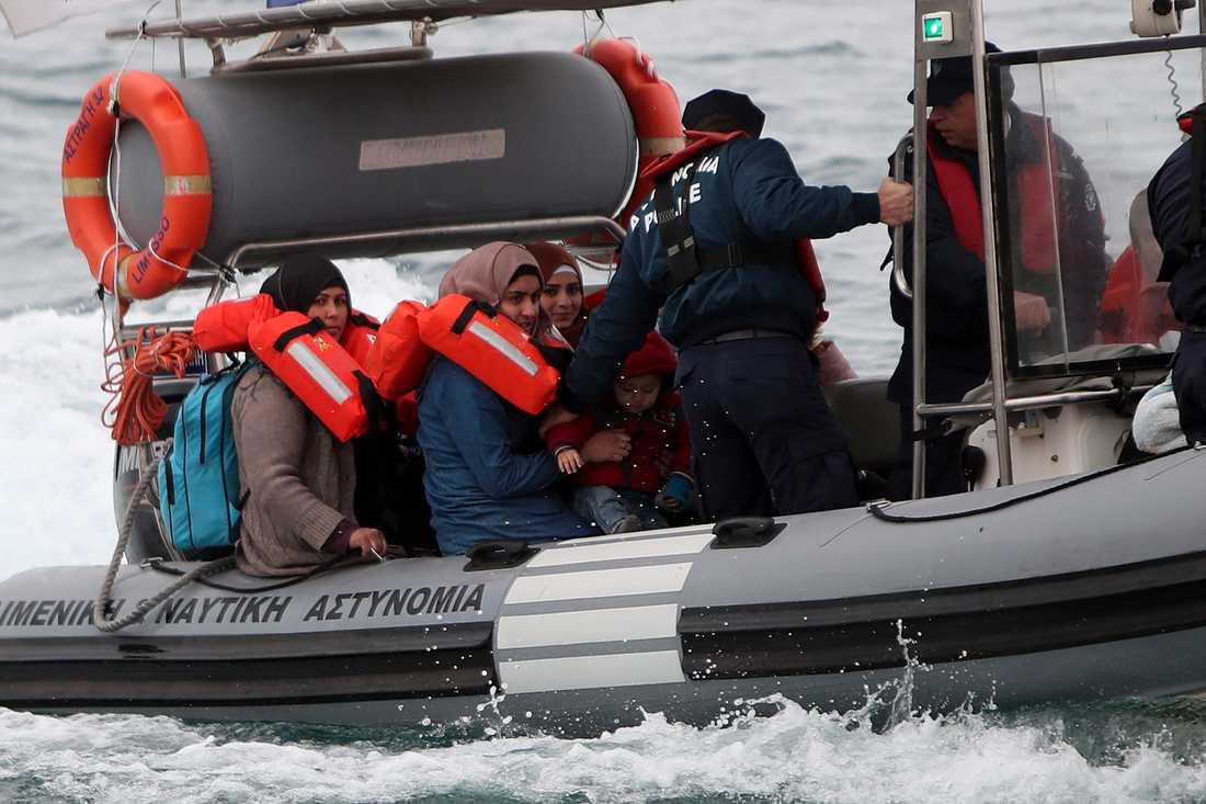 Över hundra människor räddades från en smuggelbåt den 14 januari. Båten var på väg från Mersin i Turkiet och upptäcktes utanför staden Protaras på Cypern. Här förs några av de som befann sig ombord i land av en kustbevakningsbåt.