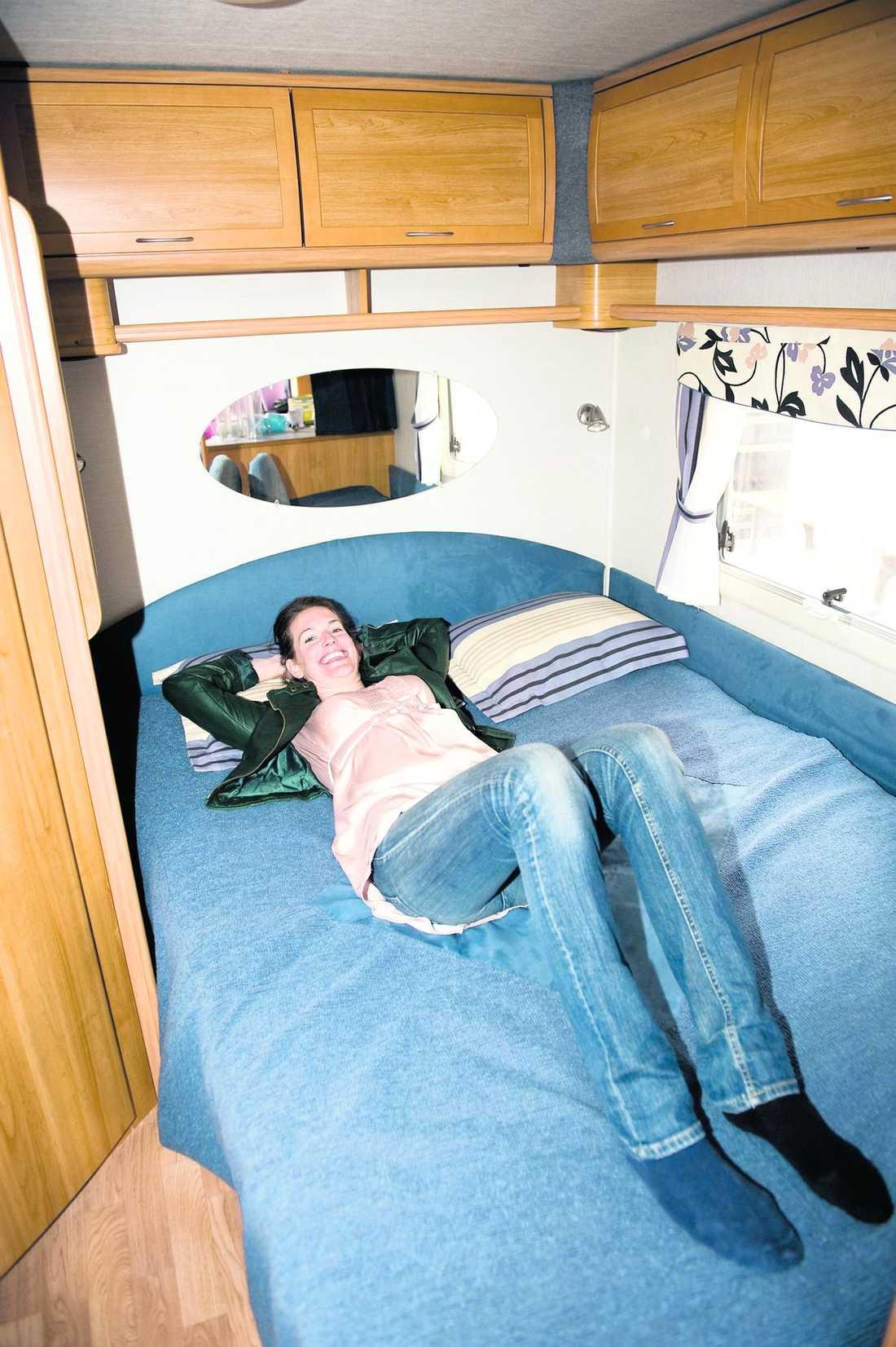 Bekvämlighet fyra plus Det är skönt gung i justitieministerns stora dubbelsäng. Sofforna där assistenterna ska sova är också mycket bekväma, om än något smala.