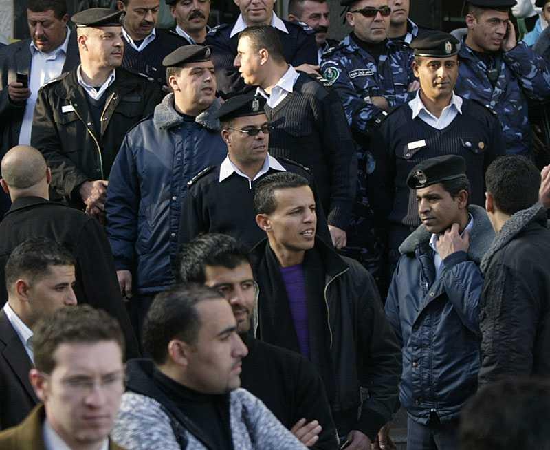 Uppretade palestinier stormade tv-nätverket al-Jazeeras kontor i Ramallah när uppgifterna om Palestinas förhandlingar med USA och Israel blev kända.