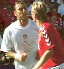 Utbrott 1 Francesco Totti spottar Poulsen flera gånger i ansiktet efter att blivit provocerad i EM-matchen 2004.