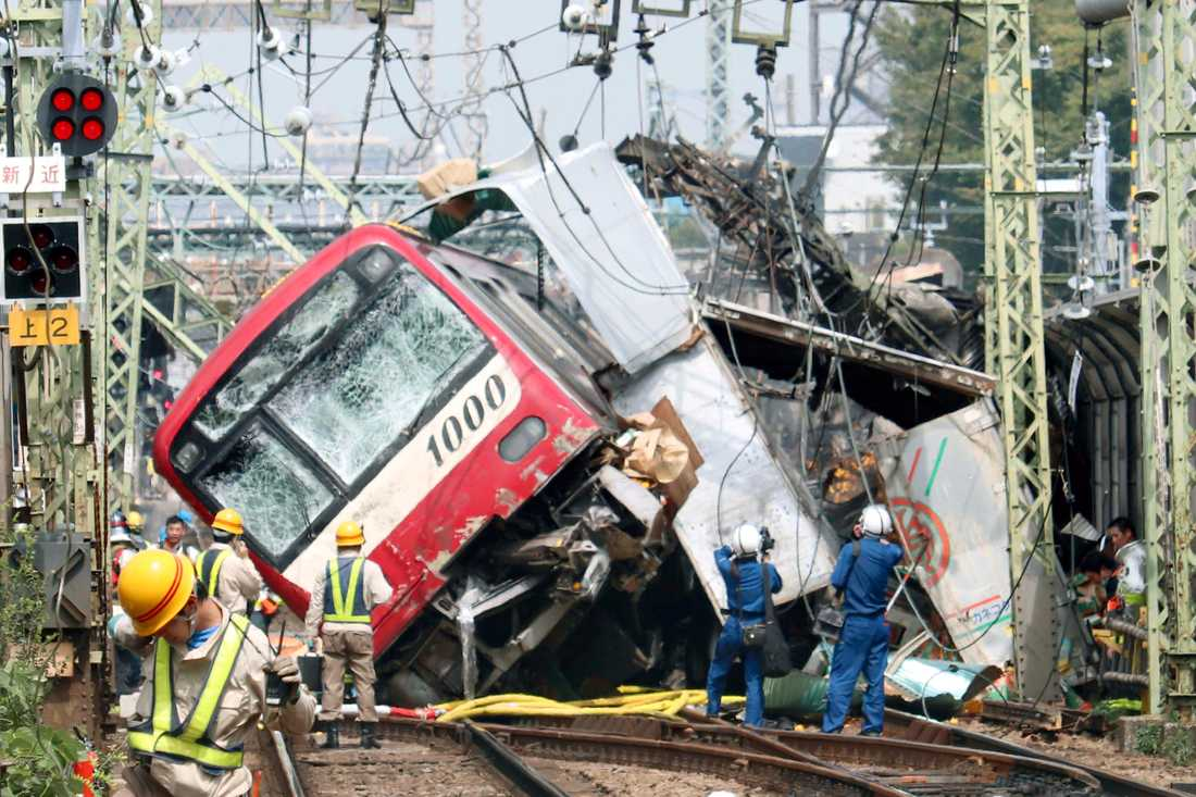 Tåget spårade ur efter att ha krockat med en lastbil i Yokohama, nära Tokyo i Japan.