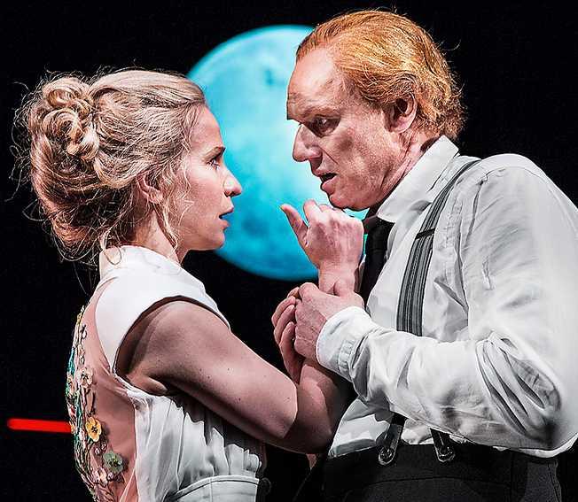 """Karin Lithman och Fredrik Gunnarson som Julie och Jean i """"Fröken Julie"""" på Malmö stadsteater."""