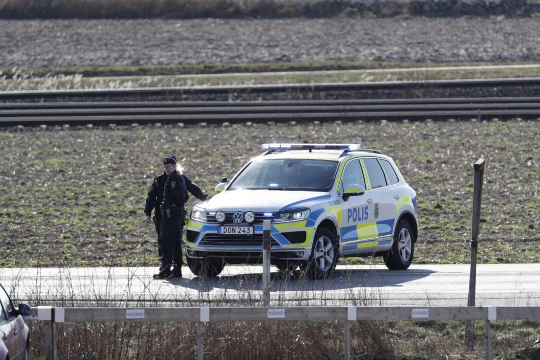 Efter en omfattande insats sköts mannen av polis och har tagits om hand av ambulans.