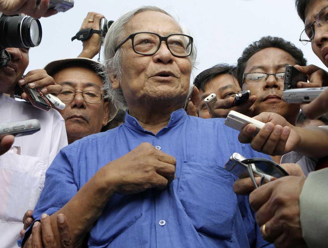 Win Tin, en av ledarna för NLD, pratar med journalister inför frisläppandet av Aung San Suu Kyi.