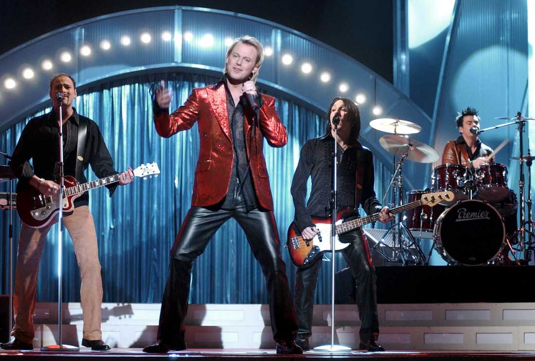 """Gruppen Barbados med sångaren Magnus Carlsson framträder med melodi nr 3 """"Världen utanför"""" under det första melodifestivalkvalet i Tipshallen i Växjö, lördag 19 januari, 2002."""