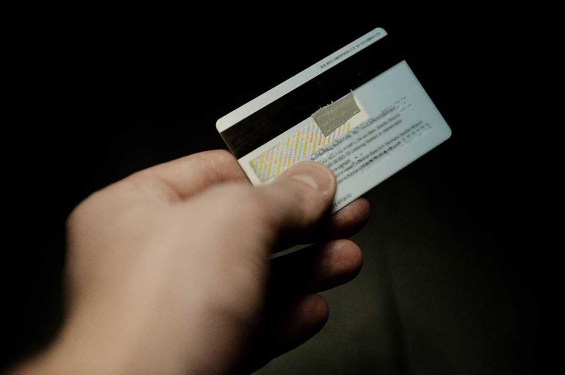 Polisen har gått ut med uppmaningen att tejpa eller måla över CVV-koden på baksidan av betalkort.