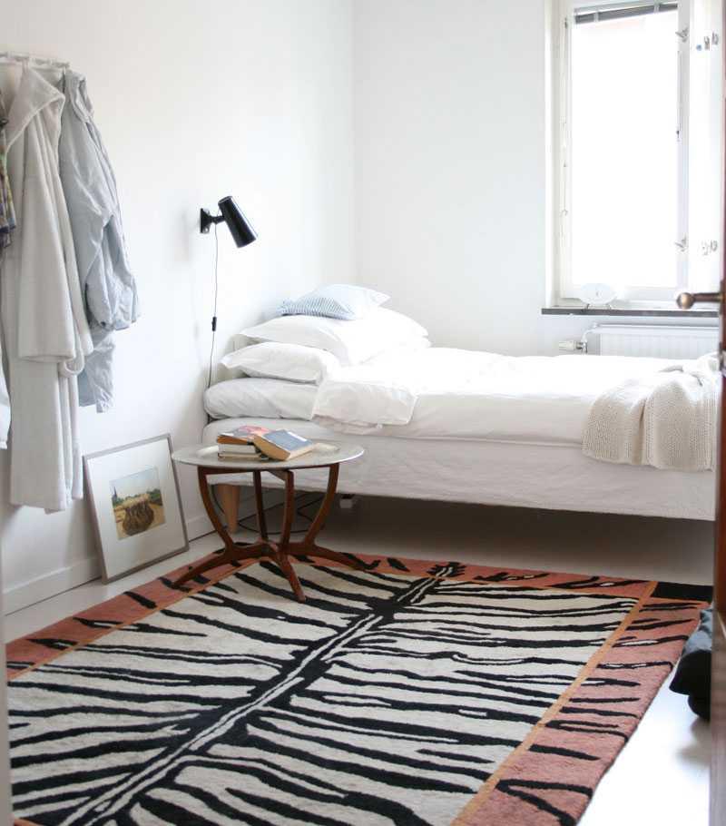 """Vilsamt. En smula asketiskt, mattan undantaget, är Kristinas sovrum möblerat. """"I sovrummet vill jag just vila, inte distraheras av något"""", säger Kristina."""