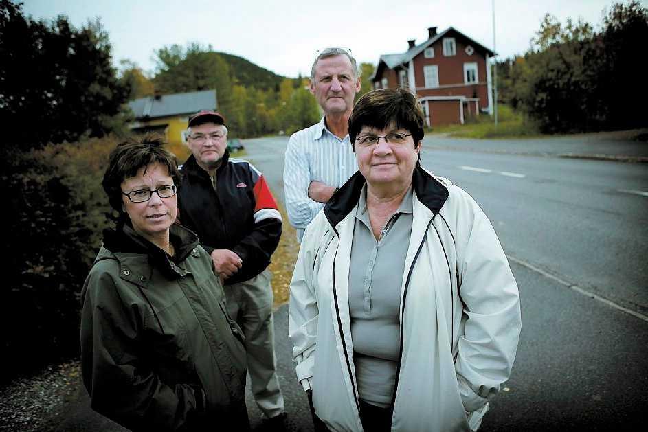 Eva Wängman, Ingrid Nordenström och deras äkta makar Bengt och Bengt tycker politikerna kastar pengar i sjön. De vill hellre se nya jobb i byn än nytt namn på den.