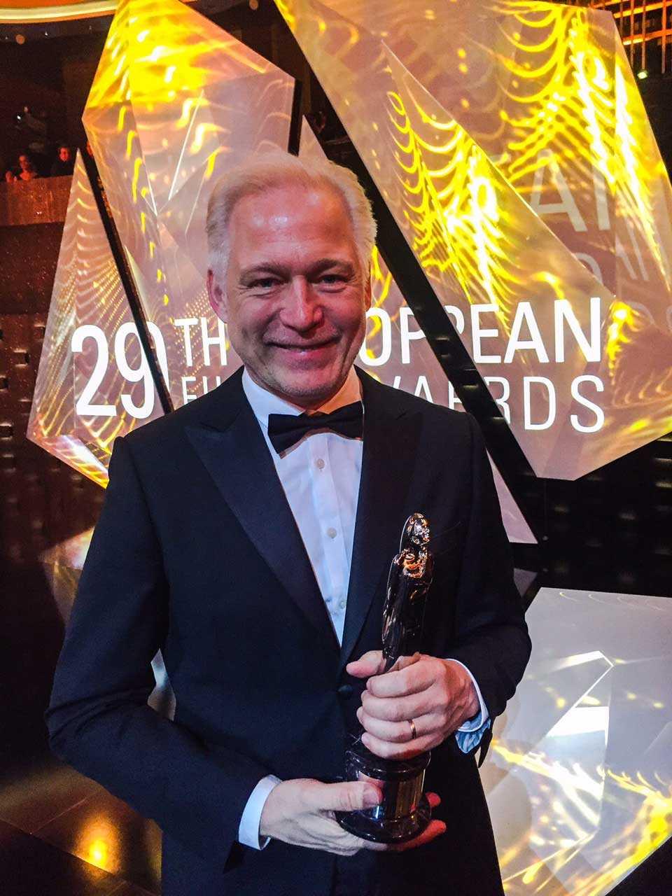 Hannes Holm med priset.
