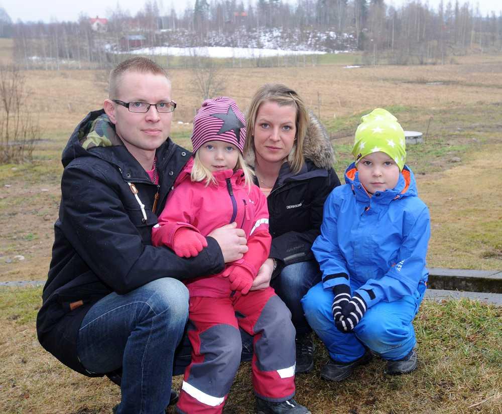 Annica Blomquist, 32 och Johan Persson, 34, bor med sina två barn, Herman, 6 och Tyra, 5, på en gård två kilometer från centrum.