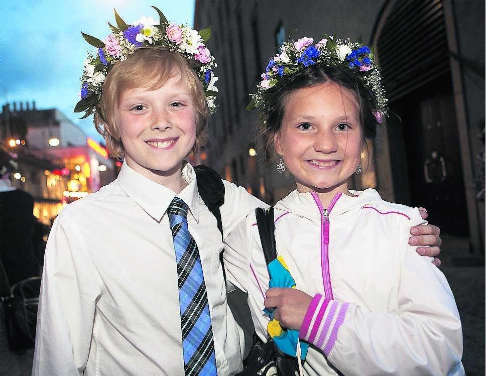 """Elvaåringarna Hugo Klofsten och Majken Hansen från Adolf Fredriks musikskola lämnade ingen i publiken på konserthuset oberörd när de framförde """"Imorro'n är det bröllopskalas""""."""