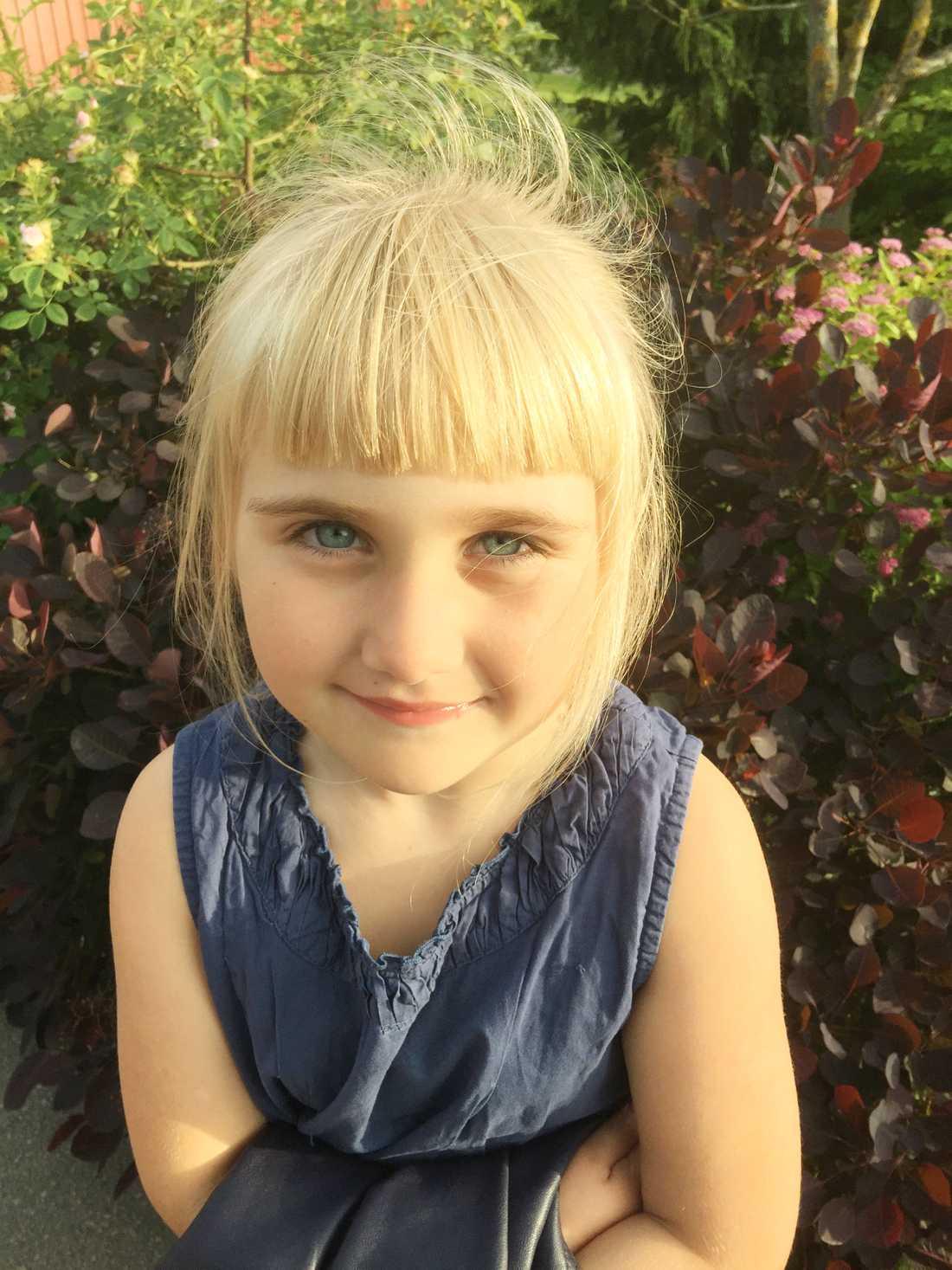Michaela Rosberg, 7, syntolkar åt sin storasyster.
