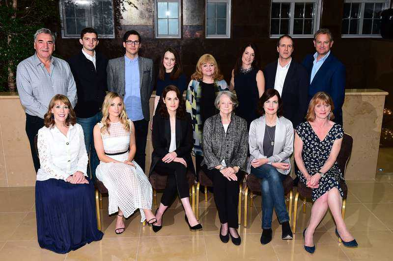 """Det är inte alla skådespelarna i serien, men några av de tyngsta. I augusti samlades de för en gruppbild inför sjätte säsongen av """"Downton Abbey""""."""