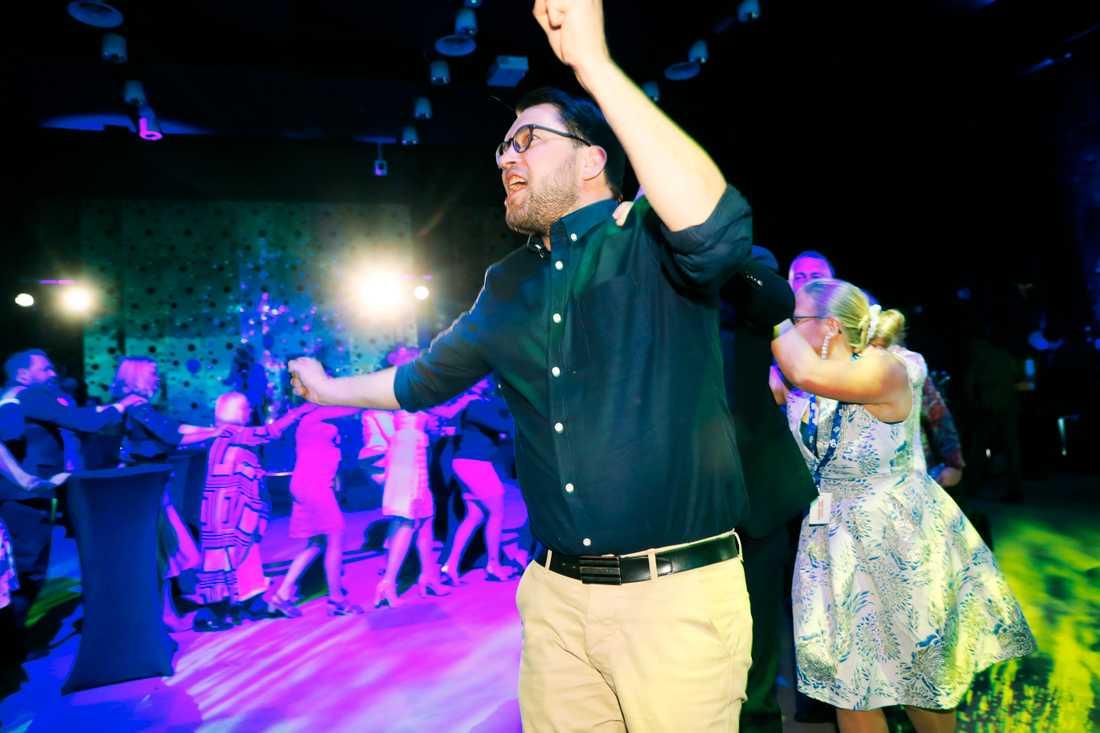 Sverigedemokraternas Jimmie Åkesson röjer loss på dansgolvet.