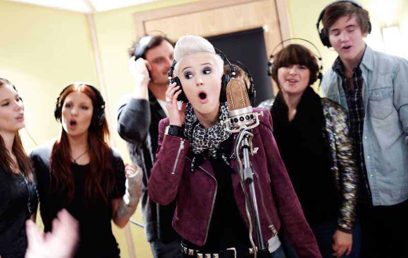 """Hemma hos Bagge Nöjesbladet var exklusivt på plats när årets idoler åkte hem till Anders Bagge för att spela in välgörenhetslåten """"All I need is you"""" i hans studio. Elin Blom och de andra idolerna blir till en början dirigerade av Andreas Carlsson – tills han själv stiger fram och sjunger några rader. """"Jag hoppas att det blir en internationell 'Idol'-låt som är till för välgörenhet, säger Carlsson, som skrev låten tillsammans med Enrique Iglesias."""