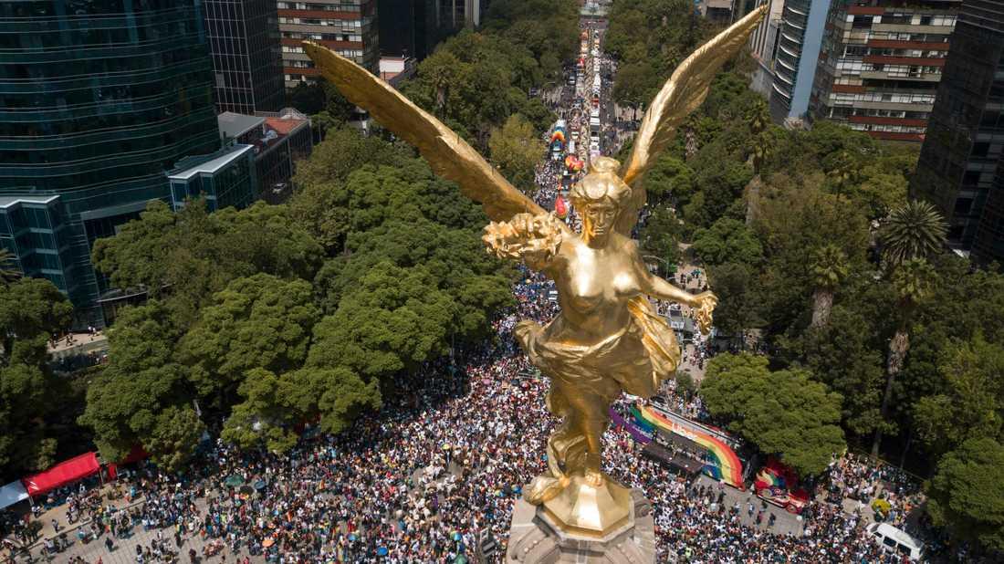 El Ángel de la Independencia (Självständighetsängeln) vakar över Pride-paraden i Mexikos huvudstad.