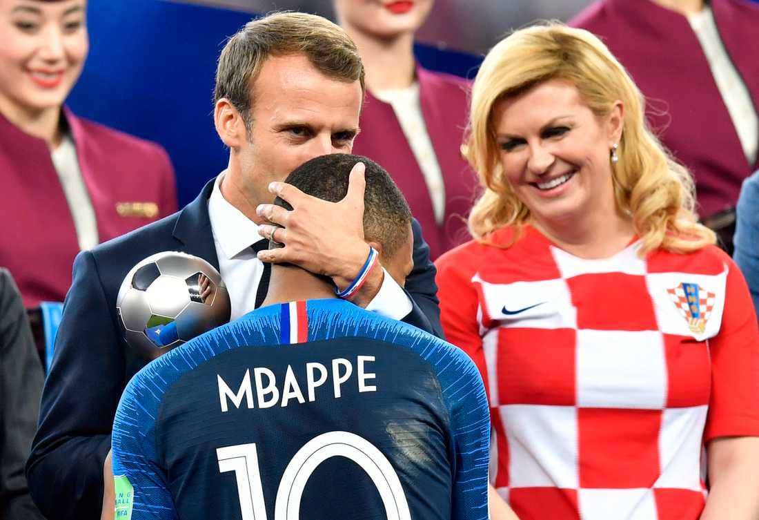 Frankrikes president Emmanuel Macron pussar Kylian Mbappe i pannan efter VM-guldet.