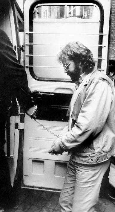 Clark Olofsson växte upp i ett alkoholisthem och var stökig redan som liten. Han var 18 år första gången han dömdes till fängelse, därefter har det blivit otaliga vändor. Just nu avtjänar han nio år för narkotikabrott.