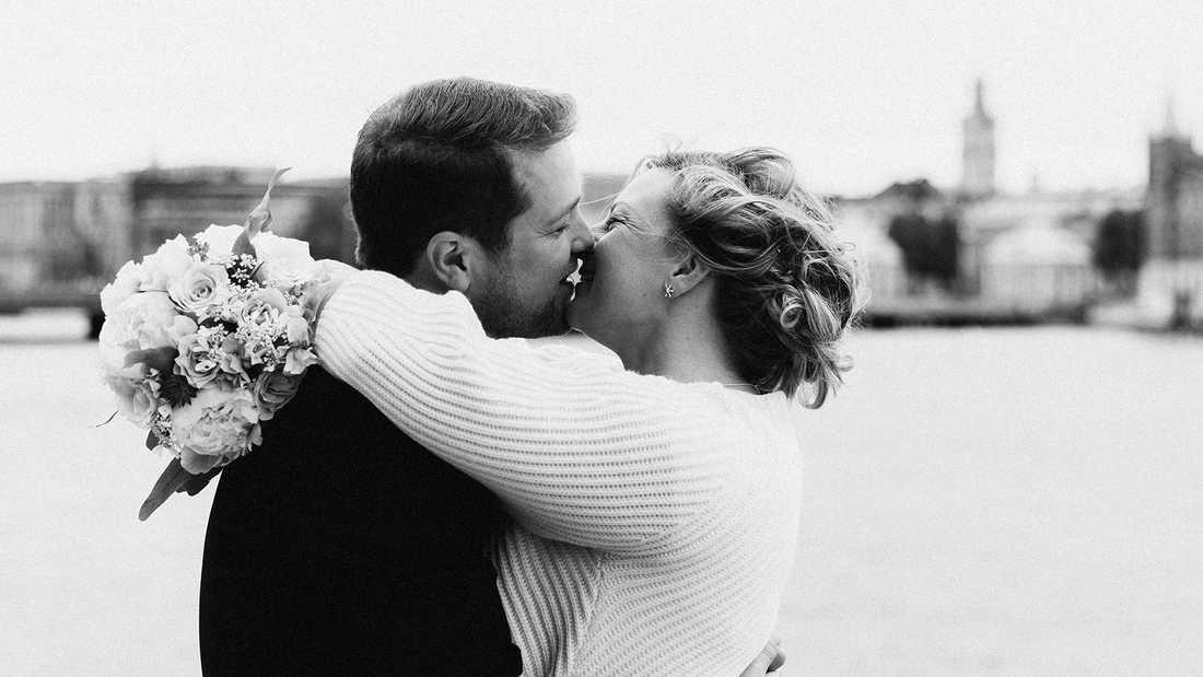 Nygifta! SvT-profilen Per Nyberg och kärleken Ann Bergfors sa ja till varandra i Stockholms stadshus.