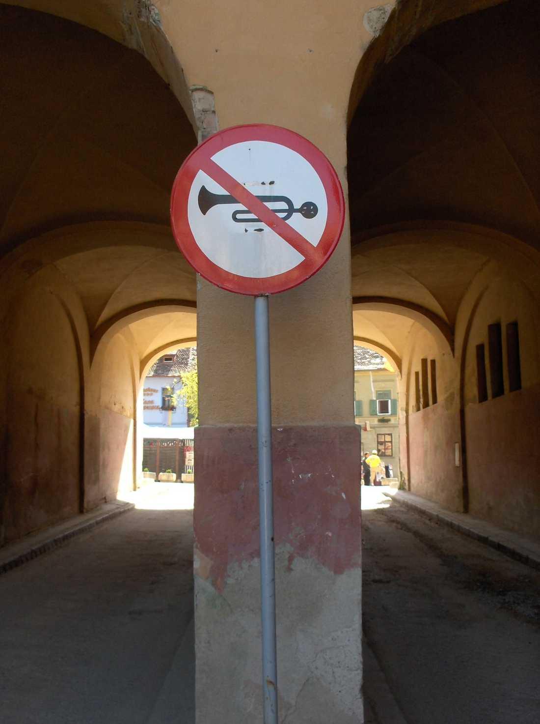 Strängt förbjudet att spela trumpet. Skylten återfinns i Rumänien, enligt Robin Enlund.