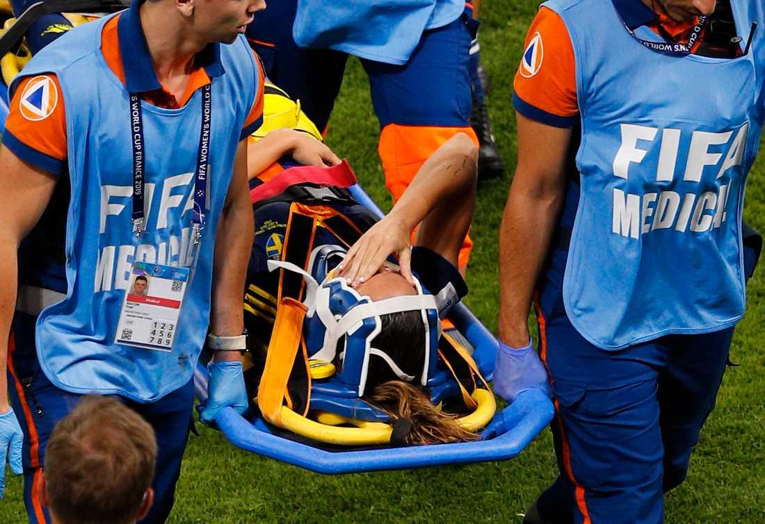 Kosovare Asllani tvingades lämna VM-semifinalen mot Nederländerna på bår.