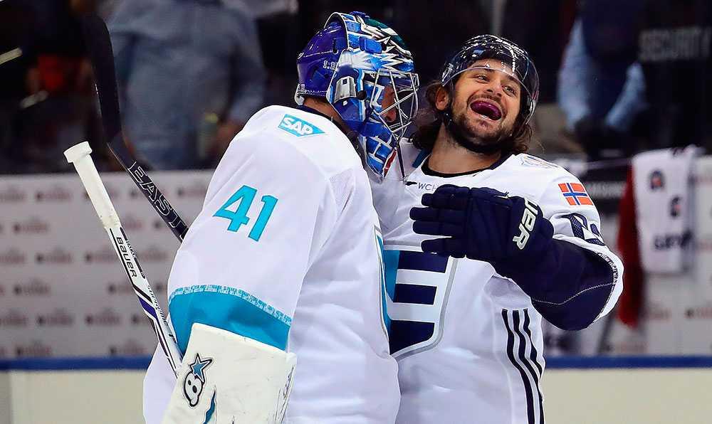 Jaroslav Halak och Zuccarello har roligt på isen