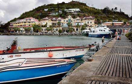 I hamnen i Marigot ligger de chica, franska modebutikerna på rad.