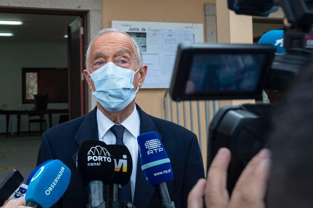 Portugals president Marcelo Rebelo de Sousa väljs om med betryggande segermarginal. Här intervjuas han i samband med att han röstat i Cerlorico de Basto i norra Portugal.