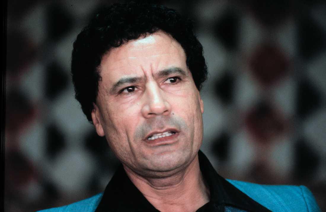 En ung Gaddafi, 1981. Redan 1969 tog han makten i Libyen genom en statskupp mot kung Idris. Gaddafi valde att kalla sig revolutionsledare även om han i praktiken var landets president. Någon verklig opposition mot hans styre tilläts inte.
