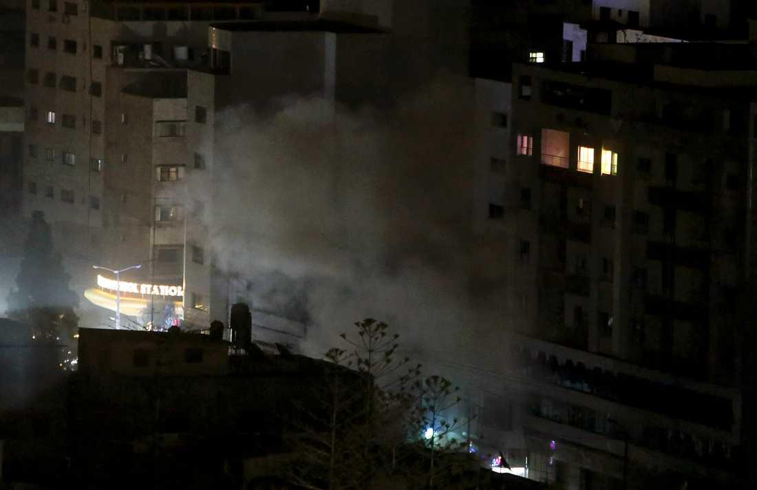 Rök stiger från en byggnad som huserar ett Hamaskopplat försäkringsbolag i staden Gaza, efter israeliska luftanfall.