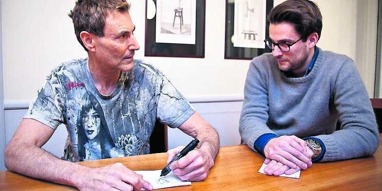 """2. Uri Geller ber Nöjesbladets reporter att kolla på honom och samtidigt tänka på det föremål han just ritat. Geller tecknar ned den bild han ser """"i sitt inre""""."""
