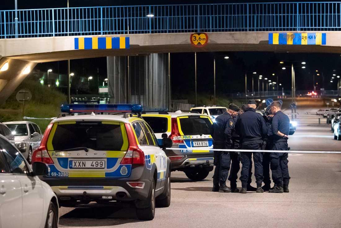 Polis och kriminaltekniker på plats på en gångbana utmed Hyllievångsvägen på Kroksbäck i Malmö efter en skottlossning natten till måndagen. Polisen meddelade vid 02-tiden på måndagsmorgonen att en person avlidit dog av sina skador efter skottlossningen.