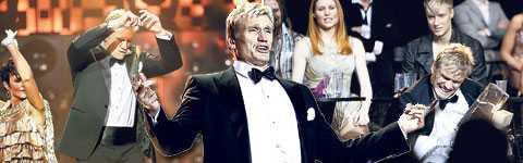 """På scenen visar Dolph Lundgren en mjukare sida som dansare och charmör. Hans moves får publiken att jubla, inte minst när han gör en egen version av Elvis Presleys """"A little less conversation"""". Men Dolph kan även vara hård som när han krossar is med blotta händerna framför artisterna."""