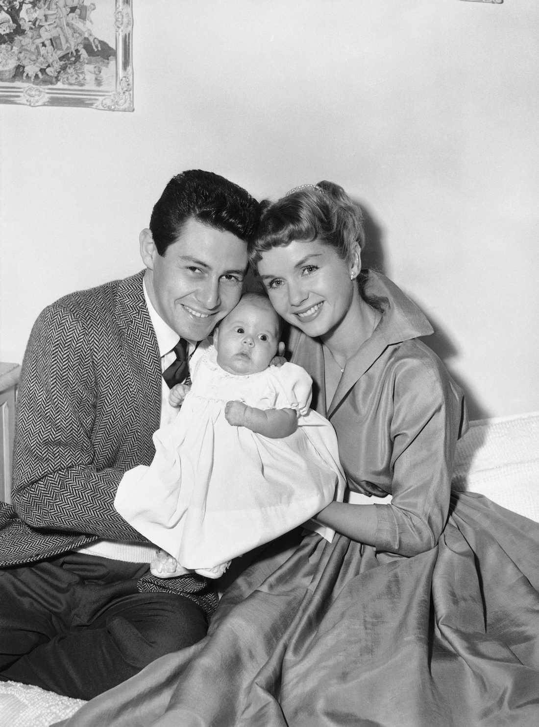 Föräldrarna Eddie Fisher och Debbie Reynolds med nyfödd Carrie Fisher 1957.