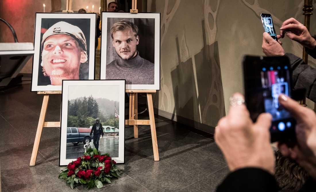 Minnesgudtjänsten för artisten lockande mängder av sörjande.