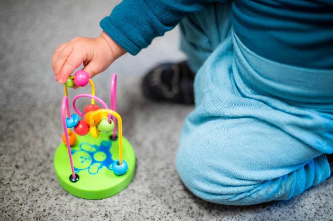 Flera familjer får skjuta upp sina adoptionsresor utomlands.