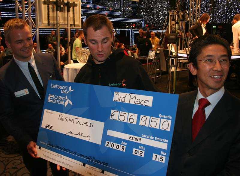 Kristian Tolvhed med checken.
