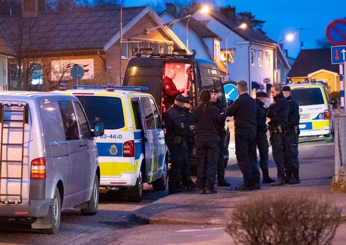 Poliser samt bomb- och kriminaltekniker på plats i centrala Örkelljunga på lördagen.