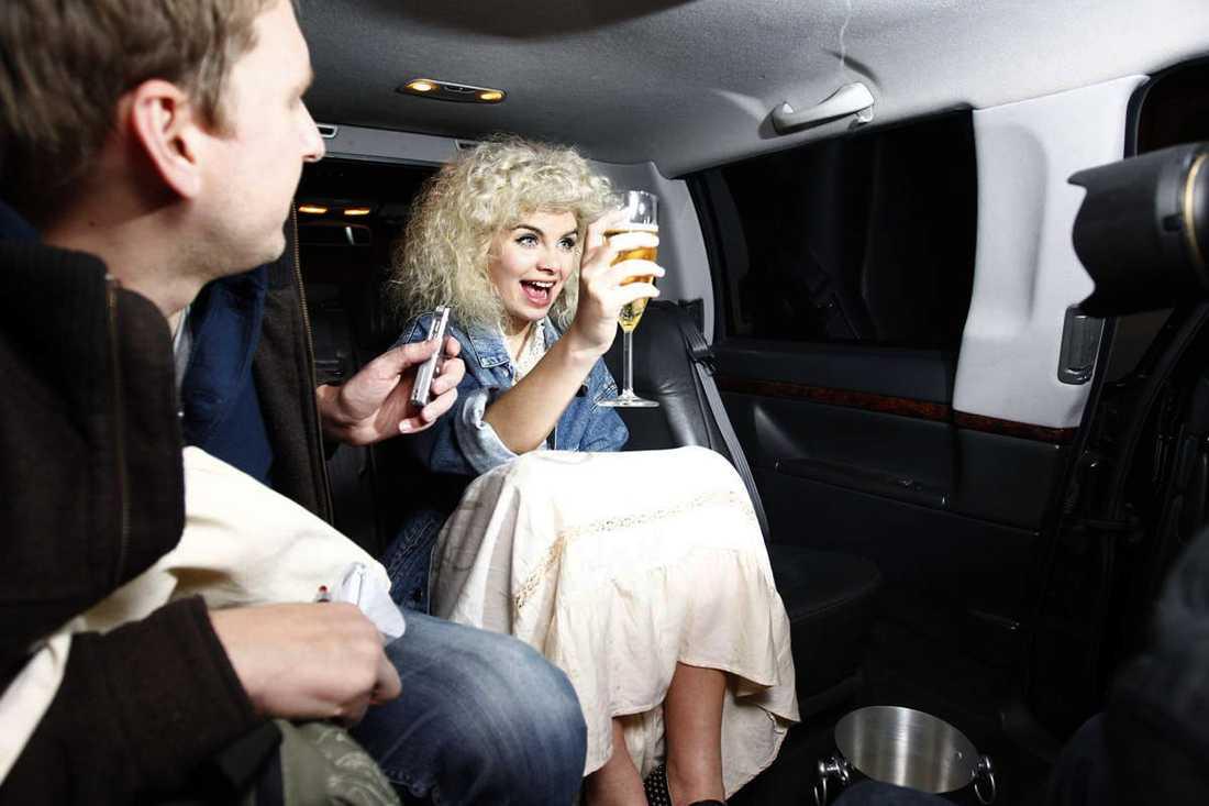 Nöjesbladets reporter följde med Amanda i limousinen.