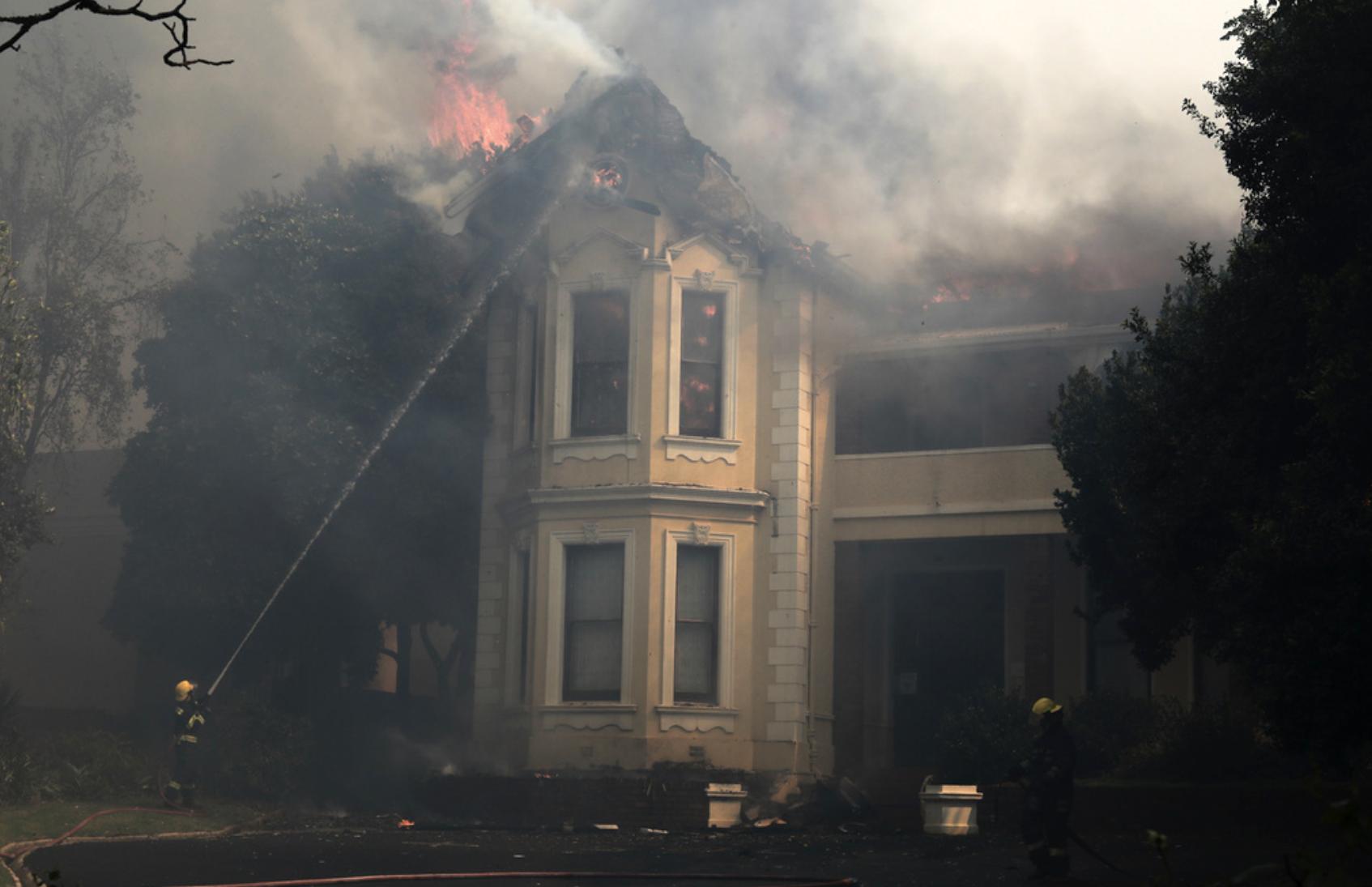 Räddningstjänsten i Kapstaden i Sydafrika kämpar mot lågorna vid en av stadens universitetsbyggnader.
