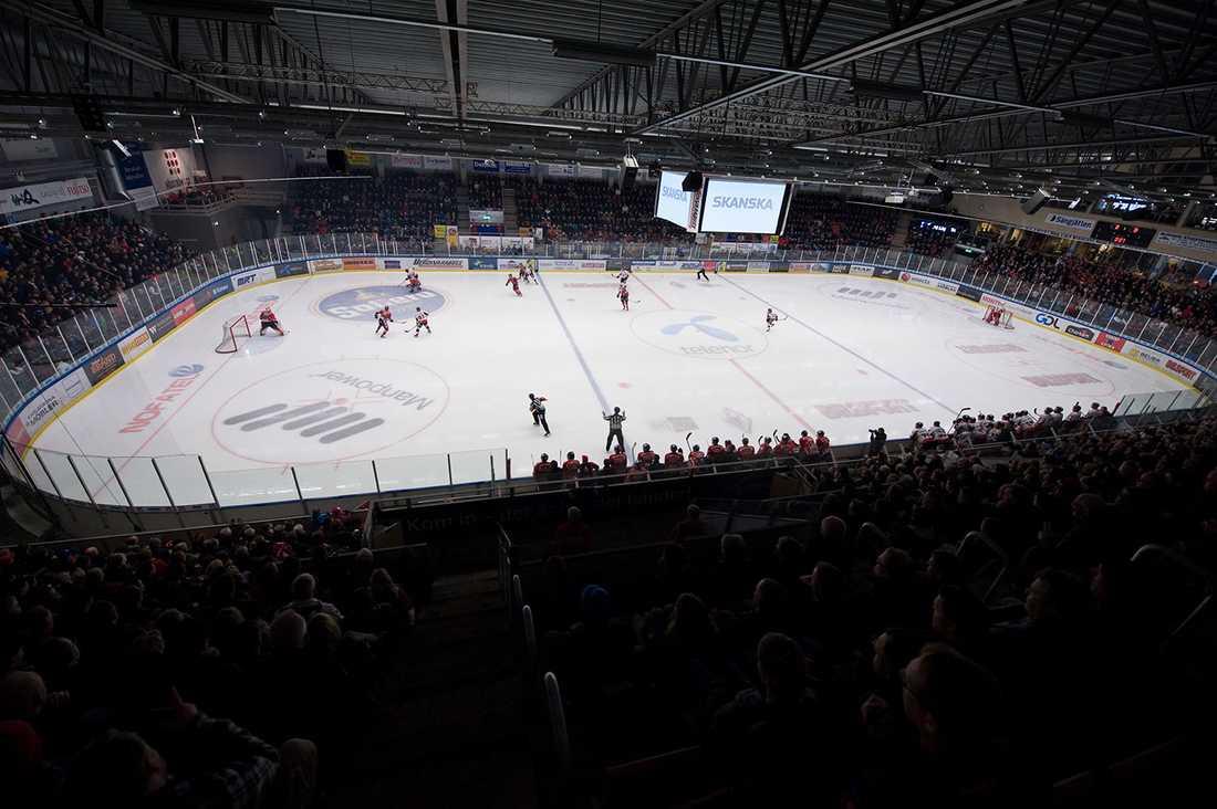 Karlskronas hemmaarena, Telenor Arena, har i dag plats för 3 464 åskådare varav drygt 2 500 är sittplatser.