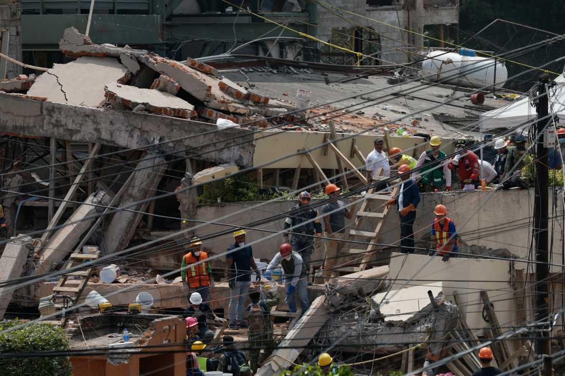 Räddningsarbete vid den rasade skolan i Mexiko city i september 2017.